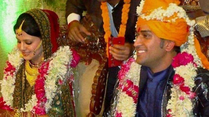 Photo : महेद्रसिंह धोनी आणि साक्षीच्या लग्नाला 11 वर्ष पूर्ण, अशी झाली होती पहिली भेट, सिनेमापेक्षा वेगळी आहे धोनीची प्रेमकहाणी   Indian Former Cricketer M S Dhoni Wedding Anniversary With Sakshi Dhoni Kno Dhonis real Love Story