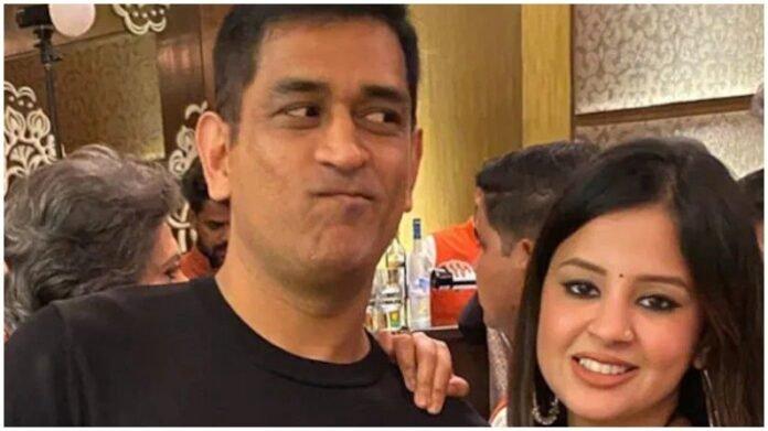 Video : एम एस धोनीला आहे झोपेत बोलण्याची सवय, पत्नी साक्षीने केला खुलासा, नेमक काय बोलतो माही? | Former Indian Captain MS Dhoni Mumbles in Sleep says his Wife Sakshi in CSK Shared Video