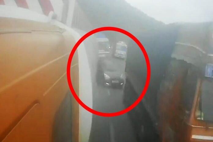 कंटेनरने अक्षरश: कारला चिरडलं, मुंबई-पुणे एक्स्प्रेस वेवरील मन सुन्न करणाऱ्या अपघाताचा LIVE VIDEO | Pune